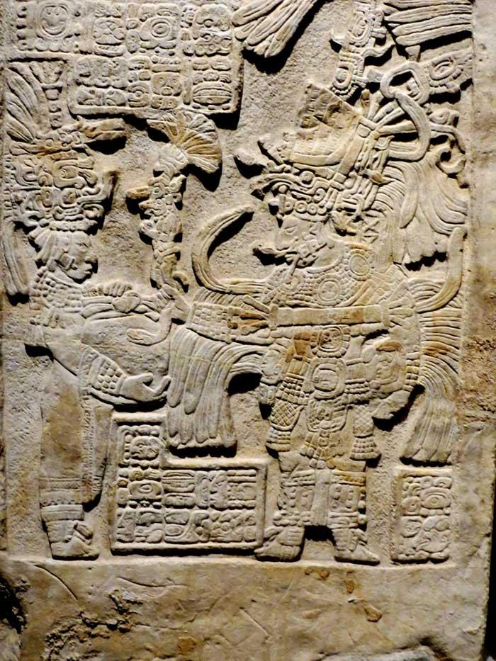 """Viele Tafeln und Skulpturen stellen die Tribute-Zeremonie dar. Wenn ein König einen Krieg verlor, musste er dem """"Divine King"""" Geschenke machen."""