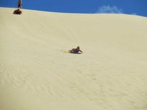 Wo ist denn hier die Bremse? Na ja, wofür hat man Beine! Und falls man nicht rechtzeitig stoppt, bekommt man halt am Fuße der Düne im Te Paki Stream eine kalte Dusche.