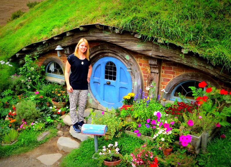 Der Trick, um die Hobbits und Gandalf verschieden groß wirken zu lassen: einige Hobbithäuschen sind in 90% Größe gebaut, die anderen in 60%. Bei einer Szene mit Gandalf und Frodo steht Gandalf vor dem kleinen und Frodo vor dem anderen. Alle anderen Hobbits waren in Wirklichkeit verkleidete Kinder.